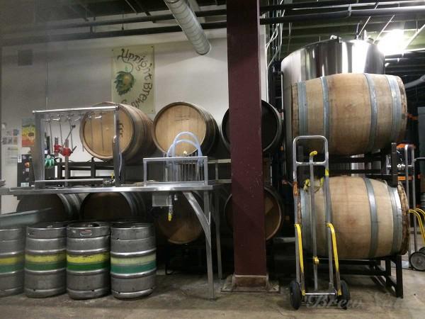 ブルワリースペースの随所に木樽が置かれている。