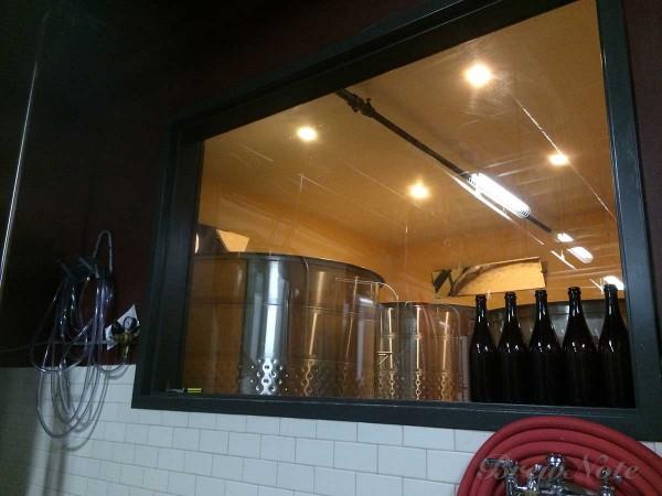 オープンファーメンターは隔離された部屋にあり、奥に取付けられた鏡で発酵の様子を見ることができる。