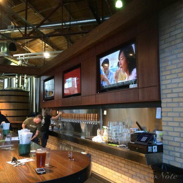 定番から限定までさまざまなビールを楽しむことができるタップルームが併設されている。