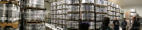 出荷を待つケグ。リアルエール用のファーキン(Firkin)や缶なども。