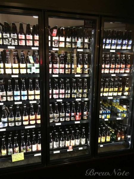 タップルームではEpicの各種ボトルや缶も買えるようになっている。