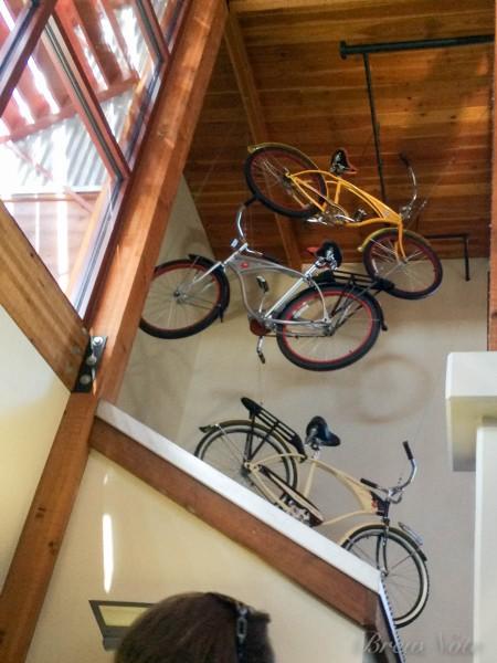 工場内の至る所に自転車が飾られている。